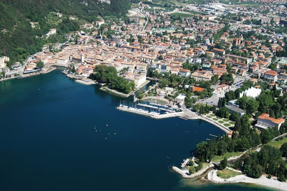Noleggio - immagine aerea del Lago di Garda (fonte www.gyc.it)